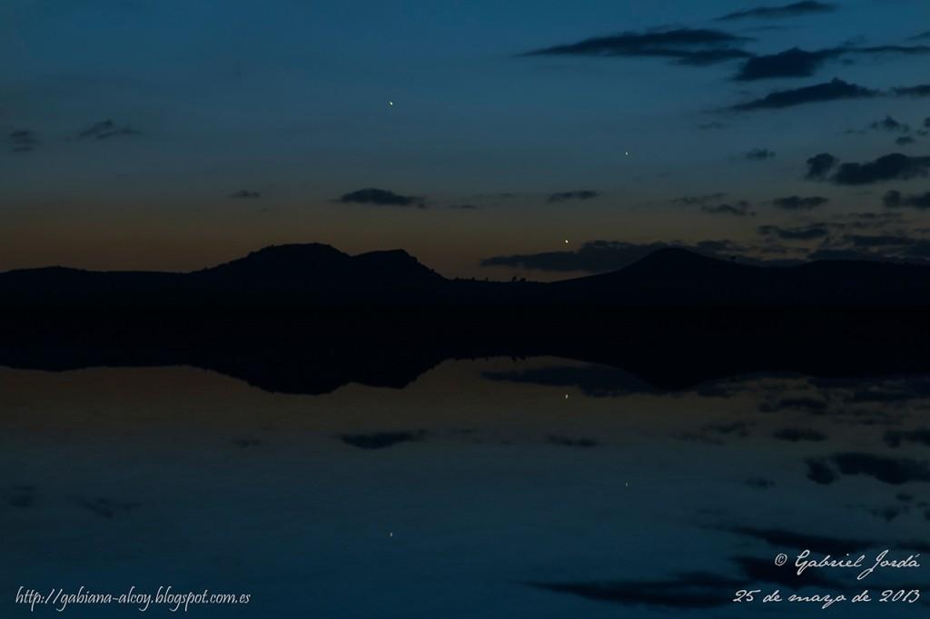 Conjunción Planetaria Júpiter, Venus y Mercurio - Gabriel Jordá La imagen no se tomó en ningún lago, estanque, pantano y nada por el estilo. Es una recreación con el Photoshop, simulando el efecto de reflexión.